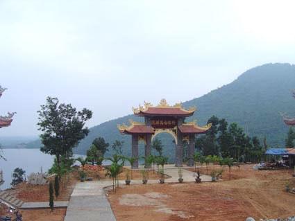Chờ bán nhà lên Thiền viện học ngồi thiền.