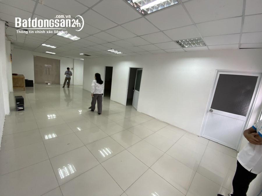 Văn phòng 45m2 cho thuê đường Võ Văn Tần, cửa sổ kính thoáng, ánh sáng tự nhiên.
