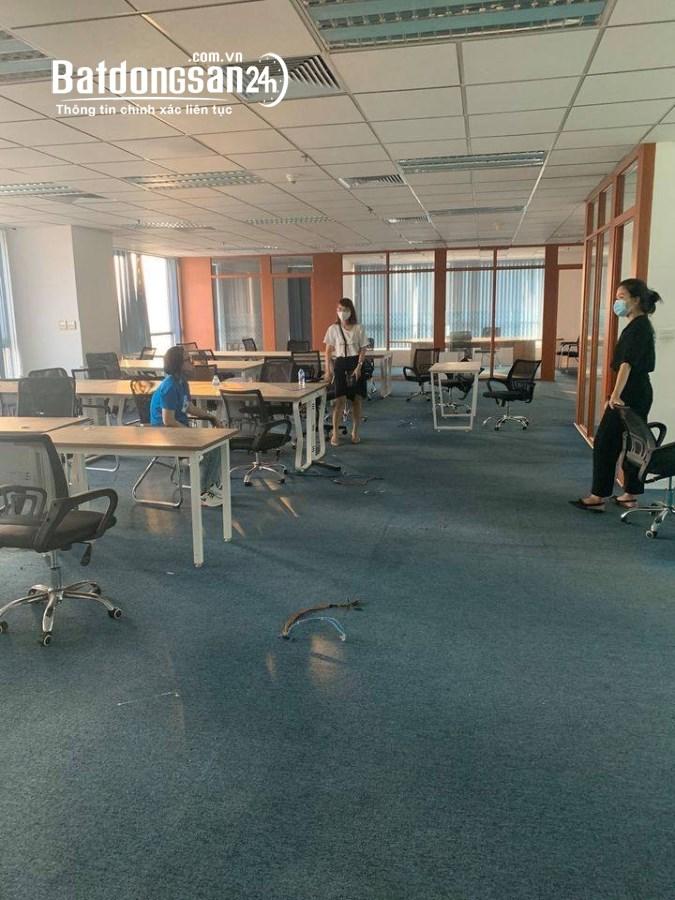 Cho thuê Văn phòng 160m2 tại Duy Tân - Sàn thông, đã ngăn sẵn phòng vách kính
